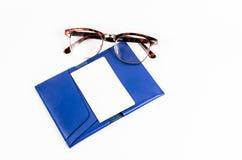 Pusta biznesowa imię karta na błękitnej skóry kieszeni z szkłami jest fotografia stock