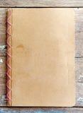 Pusta brąz pokrywy książka na drewnie Obraz Royalty Free