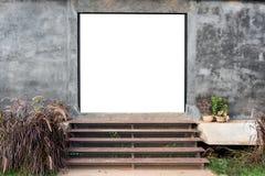 Pusta brama z moździerz ścianą z drewnianym w górę schody fotografia stock