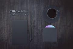 Pusta czarna dzienniczek pokrywa z filiżanką kawy, eyeglasses i cd di, Obraz Royalty Free