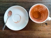 Pusta czekoladowa filiżanka po napoju na drewno stole fotografia stock