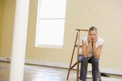 pusta drabinowa posiedzenie przestrzeni kobieta Fotografia Royalty Free