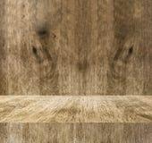 Pusta drewniana bloku stołu i plamy drewna ściana, Wyśmiewa w górę pokoju dla dis Fotografia Stock