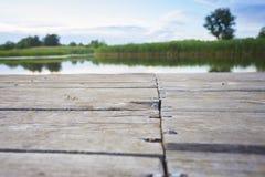 Pusta drewniana powierzchnia outdoors blisko rifer - doskonalić miejsce fotografia royalty free