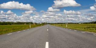 pusta droga obszarów wiejskich perspektywa, Chmurny sk Zdjęcia Stock