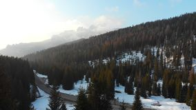 Pusta droga otaczająca śnieżnym lasem i górami - dolomity, Włochy zdjęcie wideo