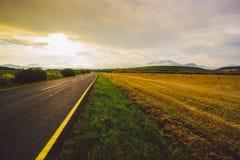 Pusta droga, pole, zmierzch, niebo, lato Obraz Stock