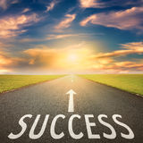 Pusta droga przy zmierzchem i znak dla sukcesu Zdjęcia Stock
