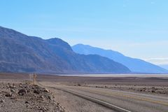 Pusta droga w Śmiertelnej dolinie obraz royalty free