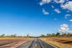 Pusta droga w Australijskim odludziu Zdjęcia Stock