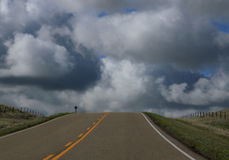 Pusta droga z przelotnym pasem ruchu cloudscape obraz stock