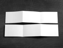 Pusta falcowanie strony broszura na czarnym chalkboard Obraz Royalty Free