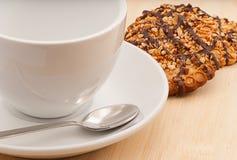 Pusta filiżanka kawy z masła ciastkiem obrazy royalty free
