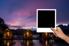 Pusta fotografii rama na żeńskiej ręce i zamazującej podróży fotografii zdjęcie stock