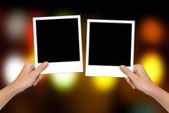 Pusta fotografii rama na ręce i kolorowym bokeh obraz royalty free