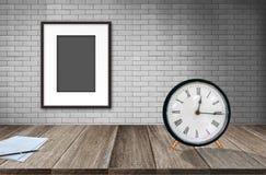Pusta fotografii rama na starym ściana z cegieł, papierze i rocznika alarmie zdjęcie royalty free