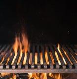 Pusta grill kratownica i jęzory pożarniczy płomień Grill nocy tło zdjęcia royalty free