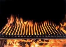 Pusta grill kratownica i jęzory pożarniczy płomień Grill nocy tło fotografia royalty free