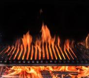 Pusta grill kratownica i jęzory pożarniczy płomień Grill nocy tło obrazy royalty free