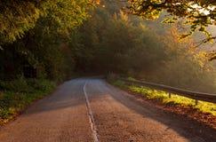 Pusta halna asfaltowa droga piękna scena jesieni Obraz Stock