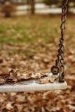 Pusta huśtawka z liśćmi w jesień sezonie Zdjęcie Royalty Free