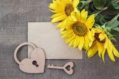 Pusta karta, bukiet słoneczniki, kędziorek i klucz na bac, Obrazy Stock