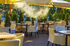 Pusta kawa i restauracja tarasujemy z stołami i krzesłami Zdjęcie Stock