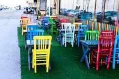 Pusta kawiarnia W sezonie jesiennym Z Kolorowymi krzesłami - Turcja Fotografia Royalty Free