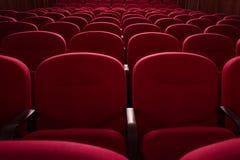 pusta kino sala przewodniczy czerwonych rzędy Kryzys w ekranowej dystrybuci Fotografia Royalty Free