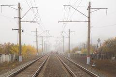 Pusta kolej w mgle w jesieni z pracownikami Zdjęcia Royalty Free