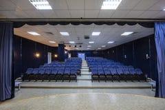 Pusta konferencja, teatr lub kino sala z rzędami błękitni siedzenia, obraz stock