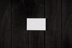 Pusta korporacyjnej tożsamości wizytówka na czarnym drewnianym tle, odgórny widok, szablon Fotografia Royalty Free