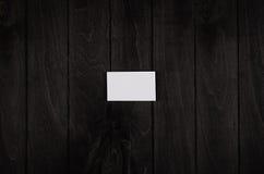 Pusta korporacyjnej tożsamości wizytówka na czarnym noir drewnianym tle, odgórny widok, szablon Obraz Royalty Free