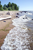 Pusta lato kurortu plaża z kamieniami i fala Fotografia Stock