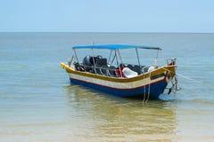 Pusta mała łódka odtransportowywać pasażerów Obrazy Royalty Free