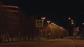 Pusta miasto ulica z jezdnią przy nocą Noc dewastował miasto i dezerterował ulicy okrywać w wewnątrz pokoju i spokoju zdjęcie wideo