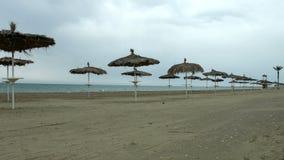 Pusta nadmorski plaża, zimna pogoda przy popularnym lato kurortem podczas niskiego sezonu obrazy stock