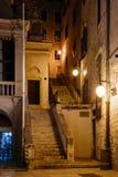 Pusta nocy ulica z schodkami w historycznym centrum Sibenik, Chorwacja Zdjęcie Royalty Free