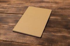 Pusta notatnik strona na drewnianym biuro stole Odgórny widok z kopii przestrzenią zdjęcia stock