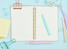 Pusta notepad strona w pociska czasopiśmie na błękitnym biurowym desktop Odgórny widok nowożytny jaskrawy stół z notatnikiem i kw obrazy royalty free