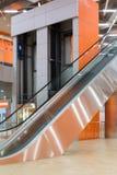 Pusta nowożytna wielka sala z dźwignięciem i eskalatorem w pawilonie MosExpo zdjęcie stock