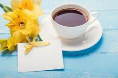 Pusta papierowa karta, kolorów żółtych kwiaty o i kawa, Obraz Stock