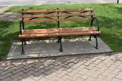 Pusta parkowa ławka na przejściu zdjęcie royalty free