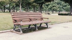Pusta parkowa ławka w ogródzie fotografia stock