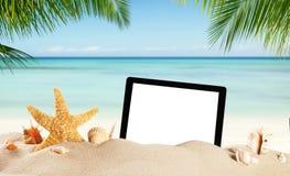 Pusta pastylka na piaskowatej plaży z copypsace Zdjęcia Stock