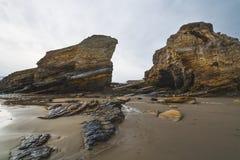 Pusta piasek plaża, falezy i zdjęcie royalty free