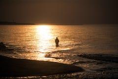 Pusta plaża przy morza bałtyckiego długim ujawnieniem rybakiem lub Obrazy Royalty Free