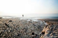 Pusta plaża przy morza bałtyckiego długim ujawnieniem rybakiem lub Obrazy Stock