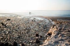 Pusta plaża przy morza bałtyckiego długim ujawnieniem rybakiem lub Fotografia Royalty Free