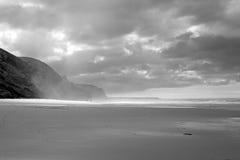 Pusta plaża na burzowym dniu Zdjęcia Stock